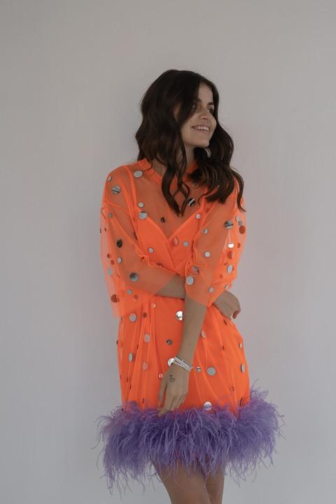Оранжевое платье с зеркалами и перьями