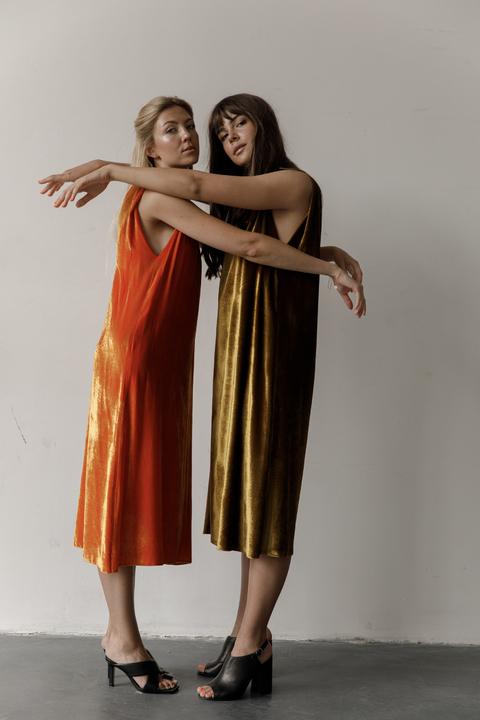 Бархатное платье миди свободного кроя оливкового цвета