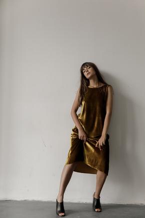 Бархатное платье миди свободного кроя оливкового цвета в прокат и аренду в Киеве. Фото 2