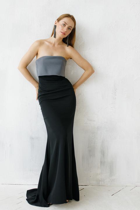 Черное платье со шлейфом и серым бюстье