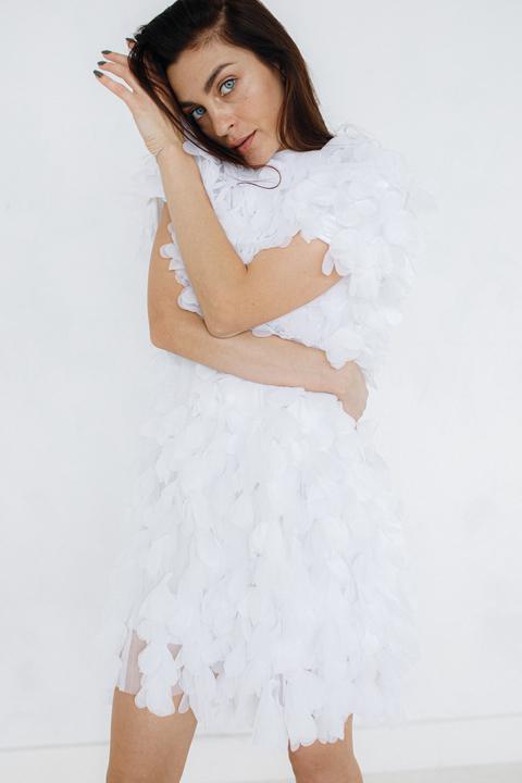Белое платье мини из лепестков