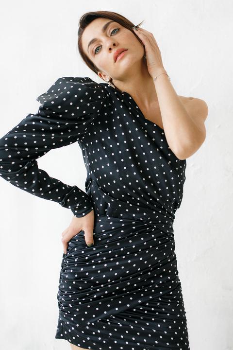Шелковое платье мини в горошек с одним рукавом