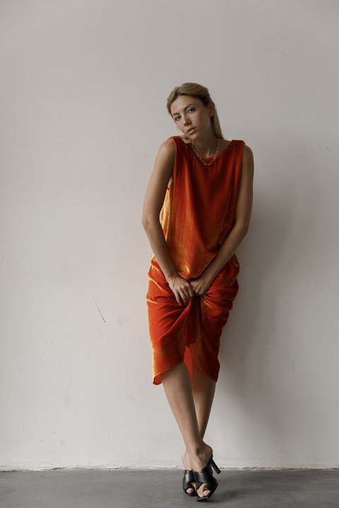 Бархатное платье миди свободного кроя оранжевого цвета