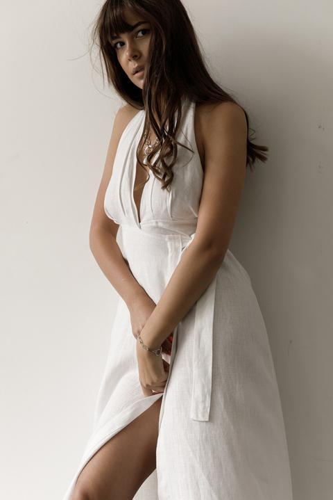 Белое платье миди на запах из льна