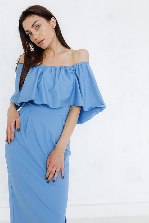 Платье со спущенными плечами василькового цвета