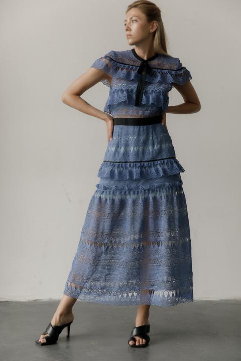 Платье миди из кружева с воротником и контрастным поясом
