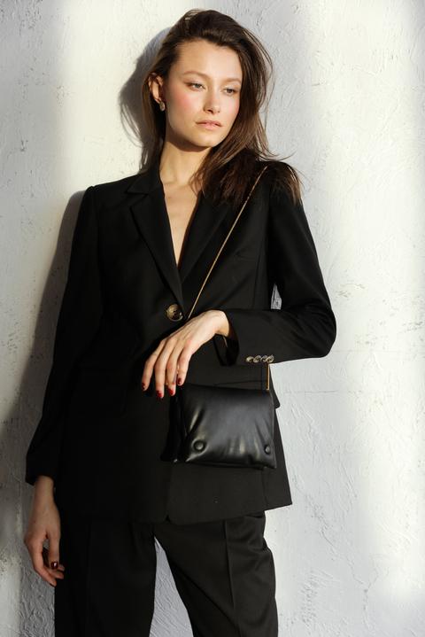 Брючный костюм черного цвета с тремя карманами