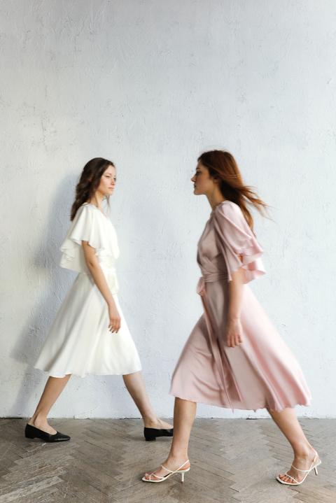 Шелковое платье миди на запах с воланом на рукаве молочного цвета