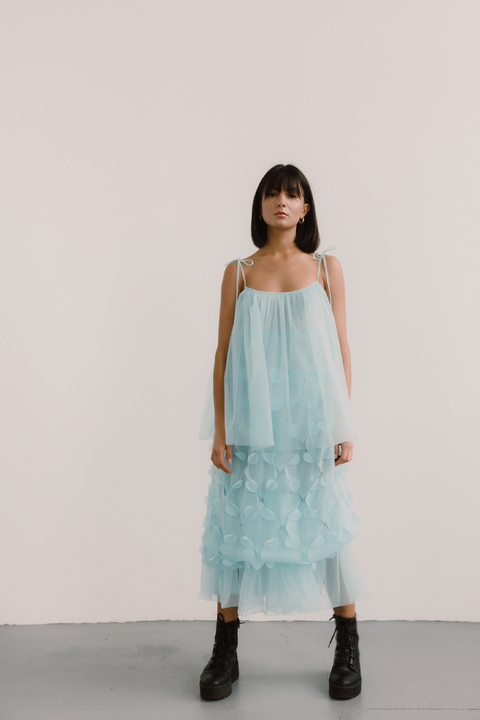 Полупрозрачное голубое платье с объемными аппликациями