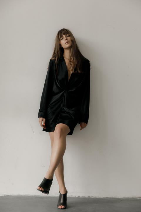 Черное шелковое платье мини с длинным рукавом и глубоким декольте