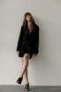 Черное шелковое платье мини с длинным рукавом и глубоким декольте в прокат и аренду в Киеве. Фото 1