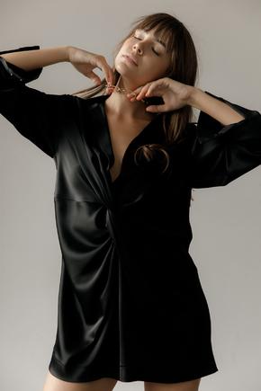 Чорне шовкове плаття міні з довгим рукавом і глибоким декольте в прокат и oренду в Киiвi. Фото 2