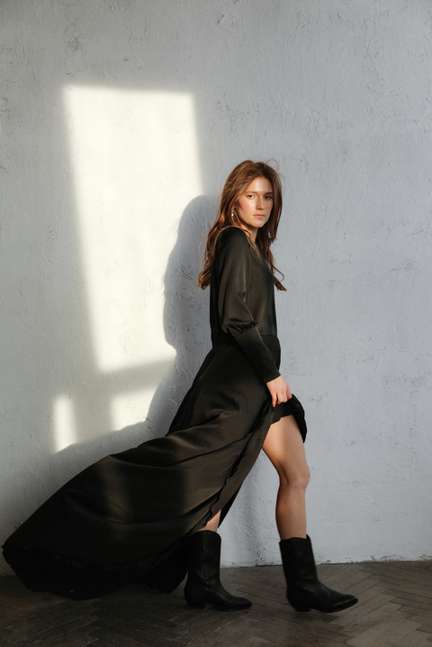 Черное шелковое платье в пол с длинным рукавом