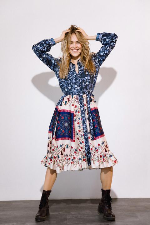 Платье-рубашка свободного кроя с разноцветным принтом