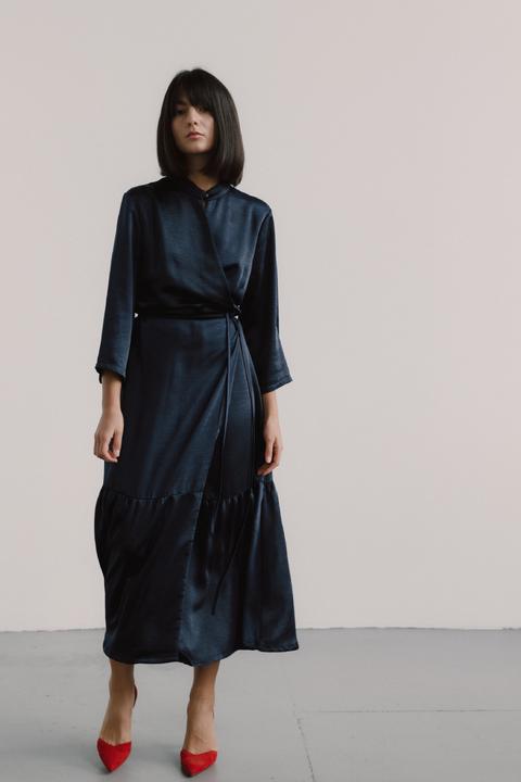 Синее атласное платье-кимоно с оборкой