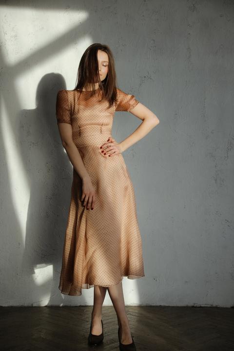 Платье миди из шелка-органзы бежевое в горошек