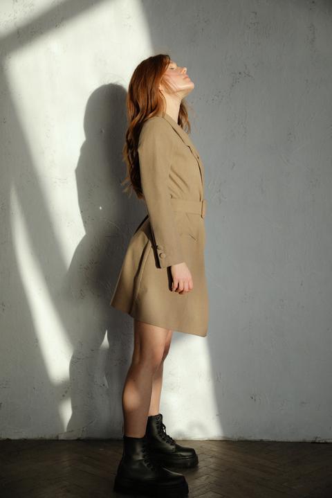 Бежевое платье жакет с поясом и длинным рукавом