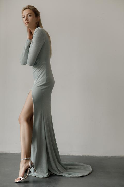 Голубое вечернее платье в пол с глубоким декольте и шлейфом