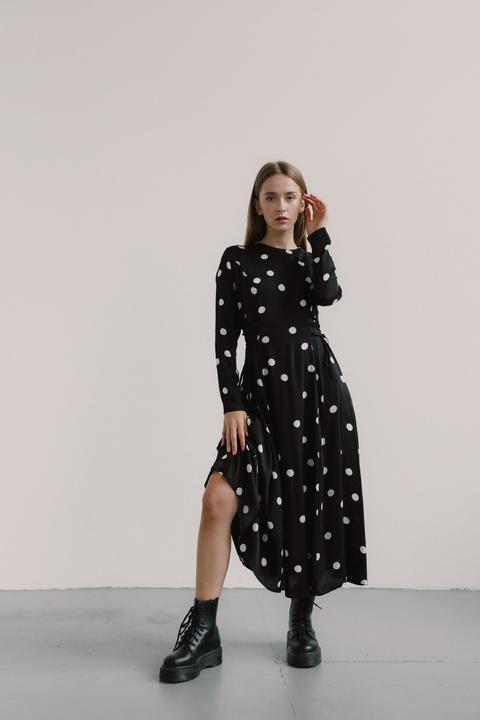 Черное платье в горох с длинным рукавом