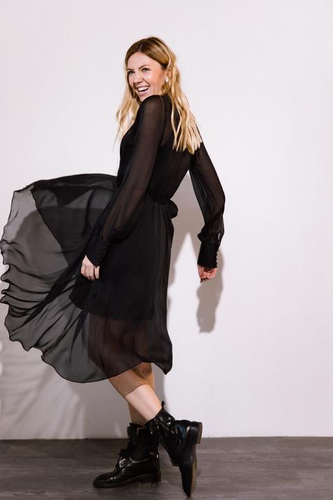 Шелковое платье миди черного цвета с расклешенной юбкой