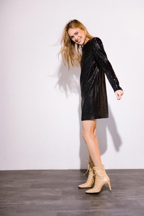 Платье мини свободного кроя с длинным рукавом в черную матовую пайетку