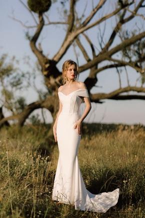 Довге вечірнє плаття зі шлейфом і спущеними плечима білого кольору в прокат и oренду в Киiвi. Фото 1