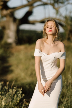 Довге вечірнє плаття зі шлейфом і спущеними плечима білого кольору в прокат и oренду в Киiвi. Фото 2