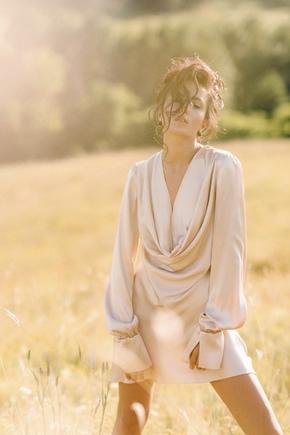Шовкова сукня міні з довгим рукавом кольору шампанського в прокат и oренду в Киiвi. Фото 1