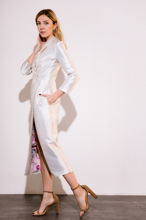 Платье футляр длины миди на запах жемчужного цвета с принтованой подкладкой