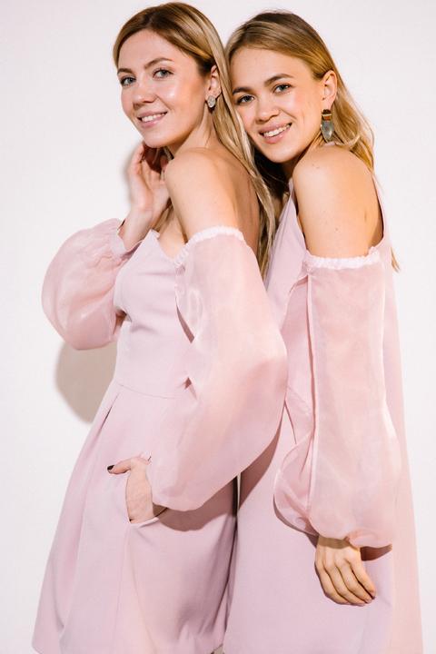 Платье мини пудрового цвета с рукавами из органзы