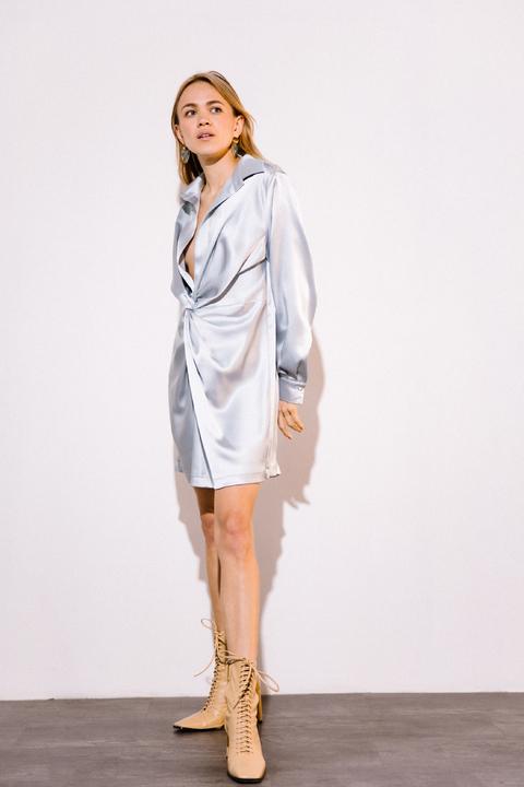 Серебряное шелковое платье мини с длинным рукавом и глубоким декольте