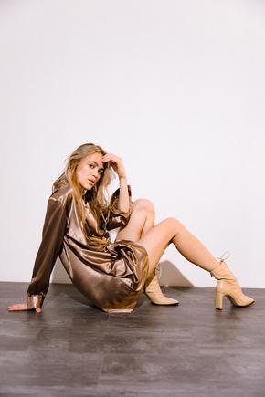 Кавове шовкове плаття міні з довгим рукавом і глибоким декольте в прокат и аренду в Киеве. Фото 1