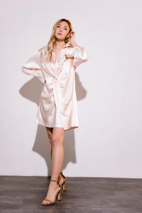 Персикове шовкове плаття міні з довгим рукавом і глибоким декольте в прокат и аренду в Киеве. Фото 2