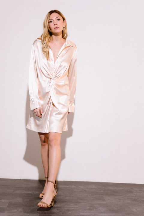 Персиковое шелковое платье мини с длинным рукавом и глубоким декольте
