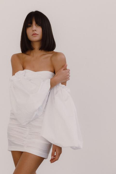 Белое платье мини с объёмными рукавами