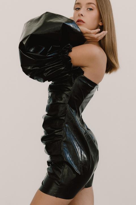 Чёрное платье мини с объёмными рукавами