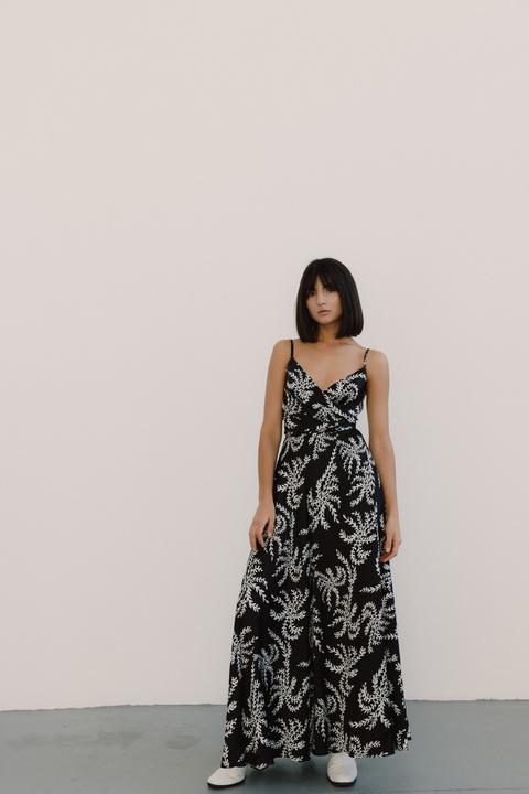 Шелковое черно-белое платье с принтом на запах