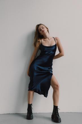 Шовкова сукня синього кольору довжини міді з відкритою спиною в прокат и oренду в Киiвi. Фото 1