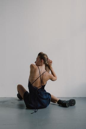 Шовкова сукня синього кольору довжини міді з відкритою спиною в прокат и oренду в Киiвi. Фото 2