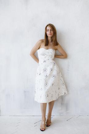 Біле плаття-бюстьє довжини міді з чорними кольорами в прокат и oренду в Киiвi. Фото 1