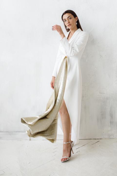 Белое длинное платье-фрак с декоративными драпировками
