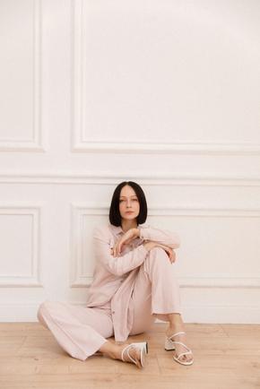Костюм рожевого кольору з широкими брюками і рівною сорочкою в прокат и oренду в Киiвi. Фото 1