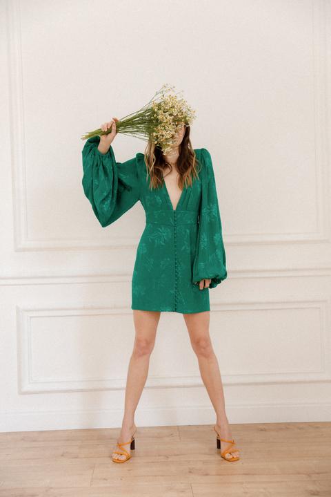 Ярко-зеленое шелковое платье мини с глубоким вырезом и рукавами