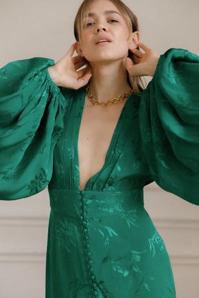 Ярко-зеленое шелковое платье мини с глубоким вырезом и рукавами в прокат и аренду в Киеве. Фото 2