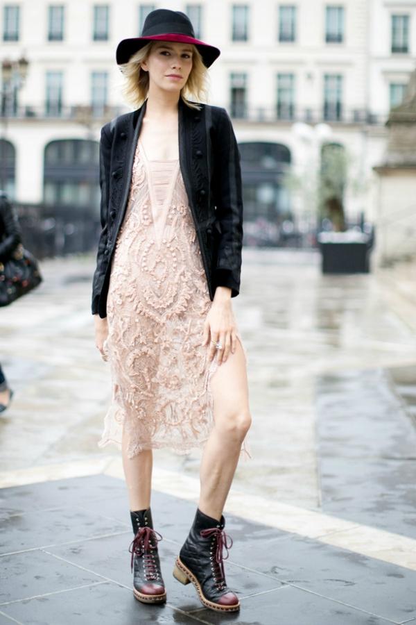 Грубые ботинки нежное платье
