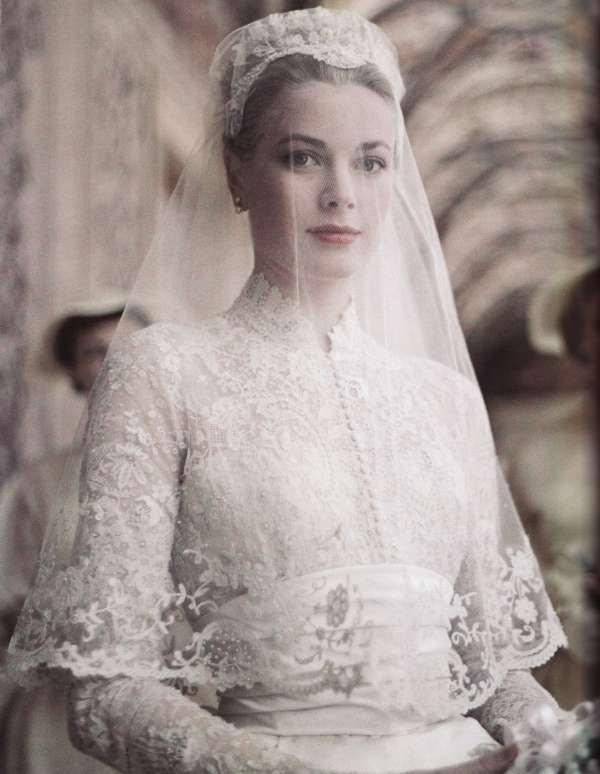 Напоследок, чтобы окончательно убедить вас в шарме свадебных платьев с длинным рукавом, предлагаем вам вспомнить нашу публикацию о 7 королевских невестах