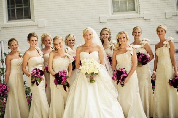 Подружки невесты в платьях в один тон
